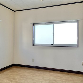 【洋室】こちらも二面採光。昼間は電気をつけなくても良いくらい明るいです。