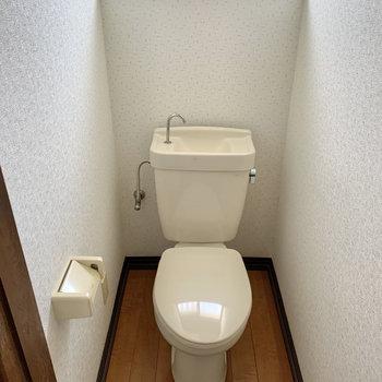 落ち着く個室トイレ。上部には収納があります。