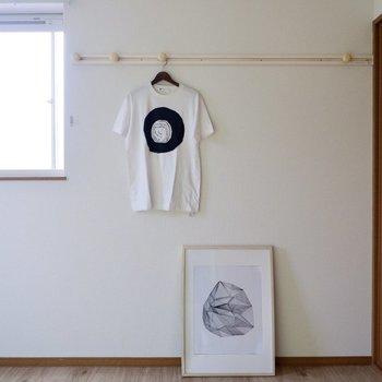 【洋室】ハングバーにはお気に入りの衣服を掛けて魅せる収納も。