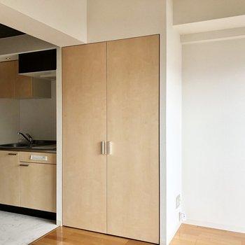 柔らかい色合いのクローゼット。床の色で空間を分けているようです。