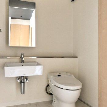 ホテルライクな水回り。スタイリッシュな洗面台にトイレもウォシュレット付き!