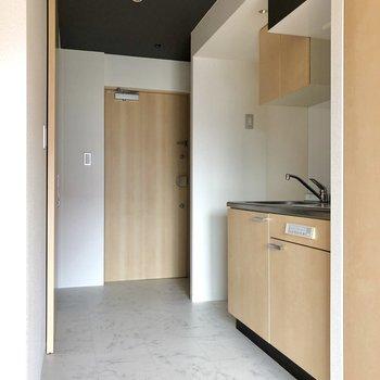 玄関から繋がるキッチン。広々と感じます。