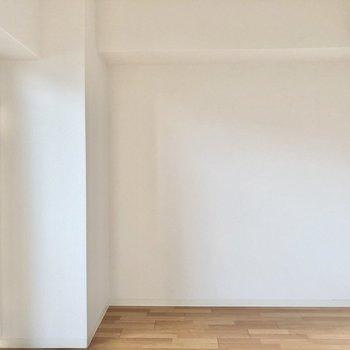 ベッドは壁寄せ。家具はこだわったものをすっきりレイアウトしたいです。