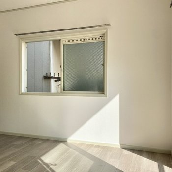 【洋室】2面採光で更に明るく。
