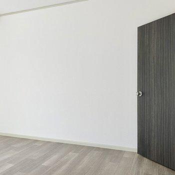【洋室】寝室にしたら、自然光で気持ちよく起床できそうです。