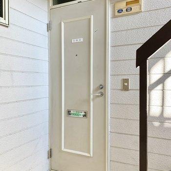 玄関前共用部。1階向かって右側のお部屋です。