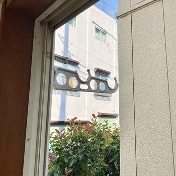 【和室】窓外に物干しがありました。※写真は畳張替え前のものです