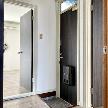 玄関は各空間とのHUBになっています。