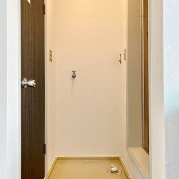 洗濯機置き場。手前に突っ張り棒などでカーテンをつけると、脱衣所として使えそうですね。