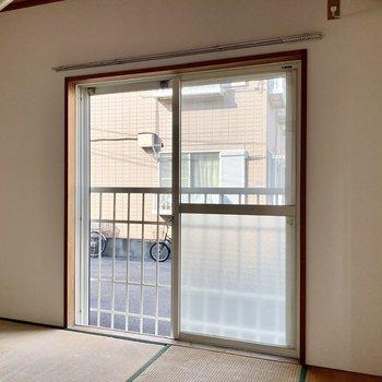 【和室】大きな掃き出し窓がいい感じ。※写真は畳張替え前のものです