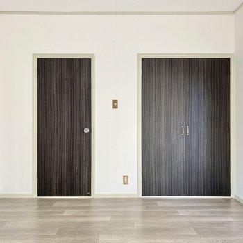 【洋室】ダーク色の扉がシックですね。