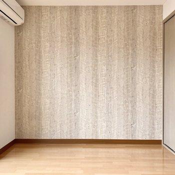 壁いっぱいに広がる木目が個性的ですね。