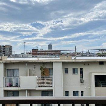 眺望は向かいの建物と、広がる青空。
