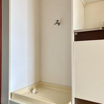 左には洗濯機置き場が。