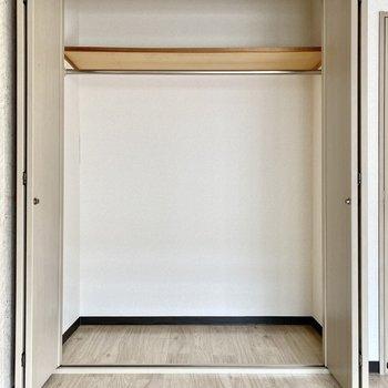 大きなクローゼットは奥行きがあり、衣装ケースを使った収納にも適しています。