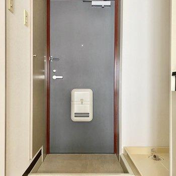 玄関。タタキ部分との段差は低めです。