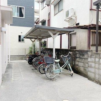 駐輪場は屋根付き!雨の日も安心ですね。