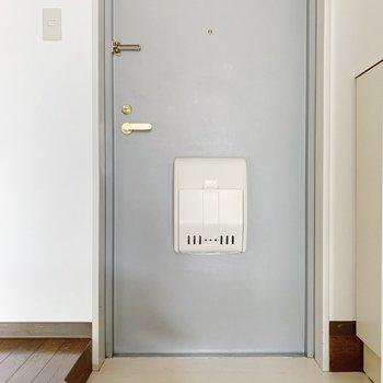 玄関は1段下がった所に。1〜2足くらいは置けそう。