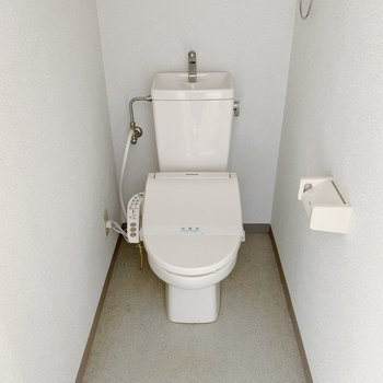 トイレはウォッシュレットつき◎上部に棚もあります。