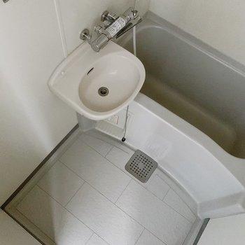 お風呂は2点ユニットタイプ。くすみグレーが落ち着くカラーです。