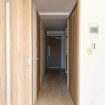 他の設備はドアの外に。(※写真は3階の反転間取り別部屋のものです)