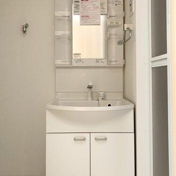 ユーティリティはキッチンの対面に。入って正面にシャンプードレッサーと、(※写真は3階の反転間取り別部屋のものです)