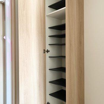 シューズボックスは1段に2足くらいのサイズ感の可動棚。(※写真は3階の反転間取り別部屋のものです)