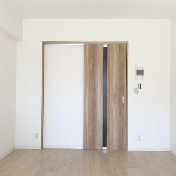 洋室は四角くシンプルに。(※写真は3階の反転間取り別部屋のものです)