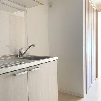 冷蔵庫のスペースもしっかりお隣に。(※写真は3階の反転間取り別部屋のものです)