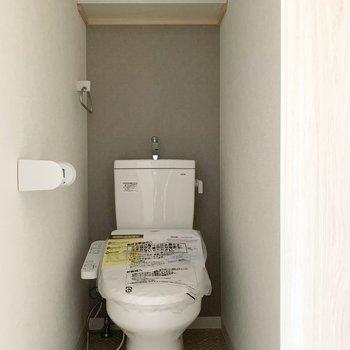 もちろん、おトイレもウォシュレット付き。アクセントクロスも素敵です◎(※写真は3階の反転間取り別部屋のものです)