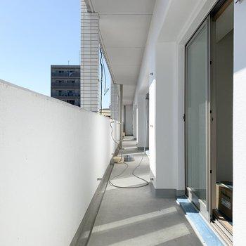 メインのベランダはLDKの外に。(床のシート、住戸毎のパーテーションが未設置です)