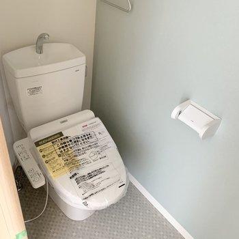 おトイレはユーティリティのお隣に。お風呂とカラーの雰囲気を合わせたアクセントクロスと床が素敵◎