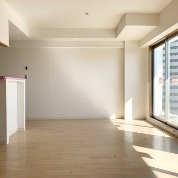 白が基調の室内に入り込むお日さまが心地良いLDKですね。