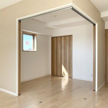 引戸の奥には洋室が。