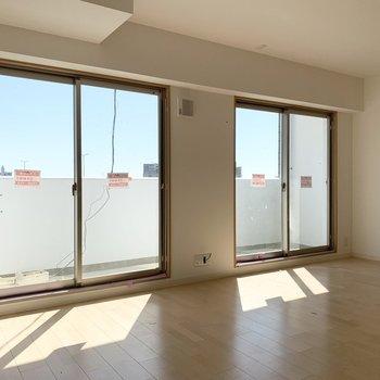 大きな掃き出し窓の外には気持ちの良い景色が広がっています。(青いネット部分はガラス手摺になる予定です)