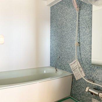 真ん中がお風呂です。カラーが素敵なお風呂でゆったり足を伸ばして疲れを癒せそう◎
