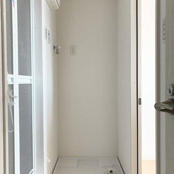 キッチンからのドアの脇には洗濯機置場。家事動線◎ですね。