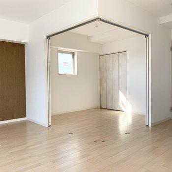 引戸の奥には洋室が。LDKを拡張するのも良いですね。