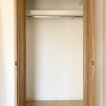【洋4.5】収納内はハンガーパイプ付のクローゼットです。(写真は同タイプ別室のもの)