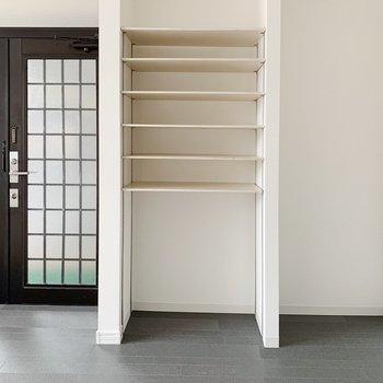 玄関は珍しい、横長な形。シューズボックスはオープンタイプ。