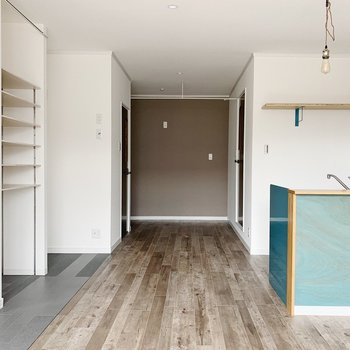 床、壁、キッチンの配色がバランス良くまとまっています。