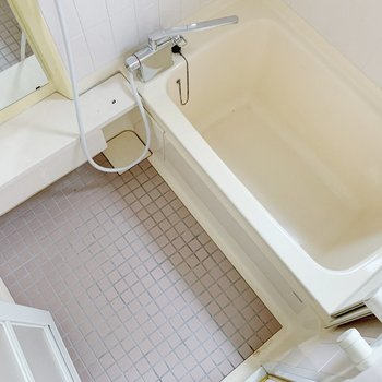 お風呂は少々懐かしい感じ。でも浴槽深めでゆっくりできそう!小窓付きです◎