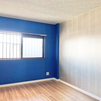 【洋室】青色のクロス、個性的!