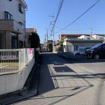 お部屋前の道は車通りが少ない道です。