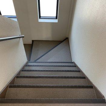 階段の幅は狭くないので家具搬入もできそうです。