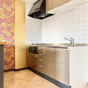【LDK】上下に収納が付いた、ブラウンのキッチンです。
