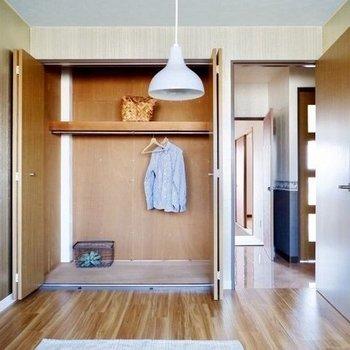 【洋室】収納はクローゼットで、沢山の衣服を保管できます。