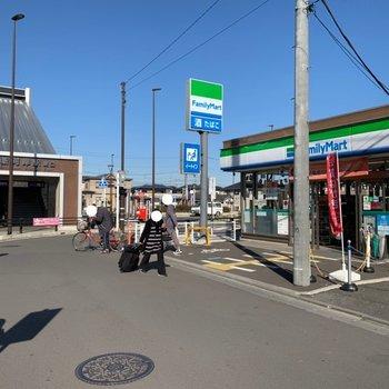 駅前にはコンビニなどがありました。