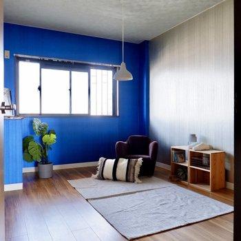 【洋室】今度はブルーとシルバーが特徴的な空間です。