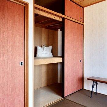 【和室】容量の大きな押し入れには、来客用の布団やシーズン外れの衣服など。
